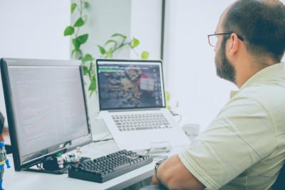 Pessoa trabalhando em projeto de web design de site administrável